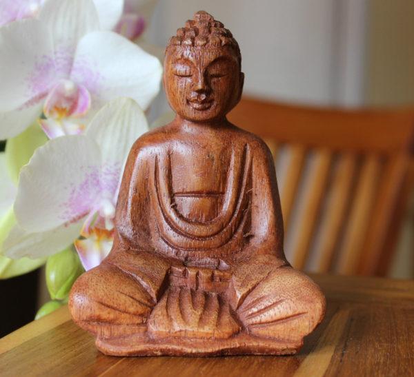 Statue bouddha en bois en train de méditer